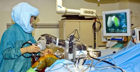 جراح يستخدم الروبوت فى جراحة المفصل الصناعي