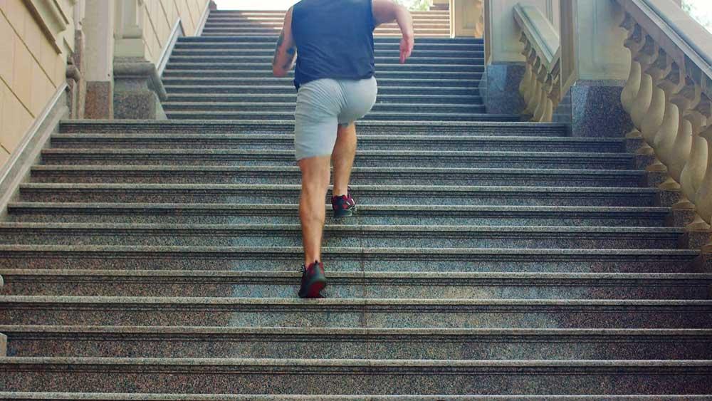 استخدام السلم و تأثيره على الركبة