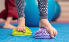 تمرين الكرة لعلاج الفلات فوت عند الأطفال